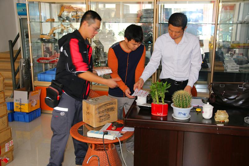 桂之邦发货员与顺丰速递打包发货